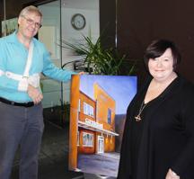 Judie Fowler-Fletcher est ravie de recevoir sa commande du portrait architectural du siège social de Carmichael qui venait tout juste d'être rénové.  (Oui, j'ai réussi à finir le tableau quelques jours avant le jour de ma chirurgie à l'épaule!)